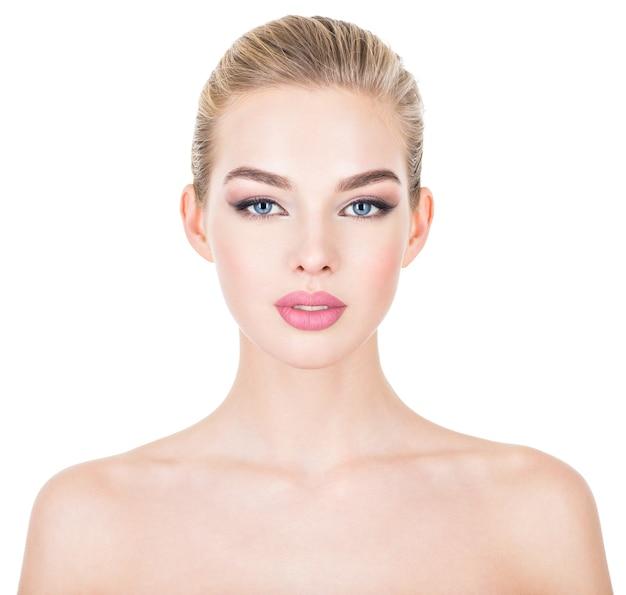 Zbliżenie portret młodej kobiety piękne ze skórą zdrowia twarzy.