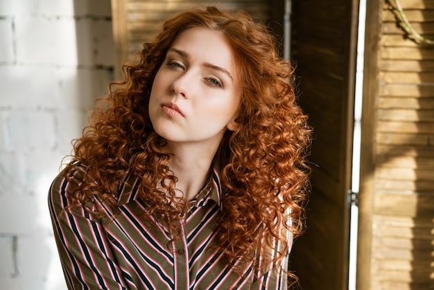 Zbliżenie portret młodej kobiety redhaired kręcone o smutnych oczach