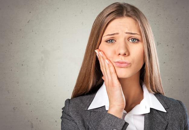 Zbliżenie portret młodej kobiety z problemem korony wrażliwy ząb