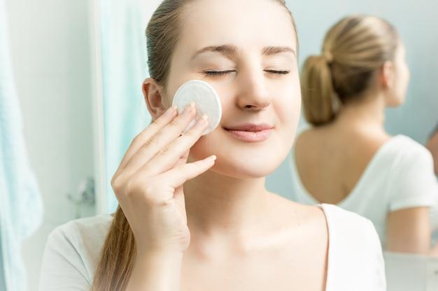 Zbliżenie portret młodej pięknej kobiety czyszczenia skóry