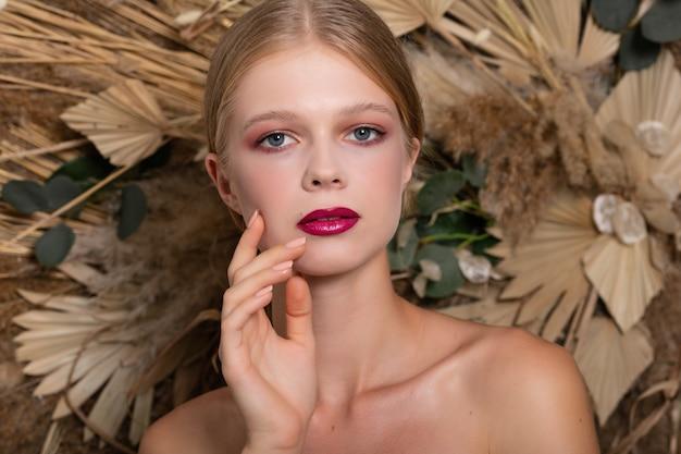 Zbliżenie portret młodej pięknej kobiety ze zdrową skórą twarzy.