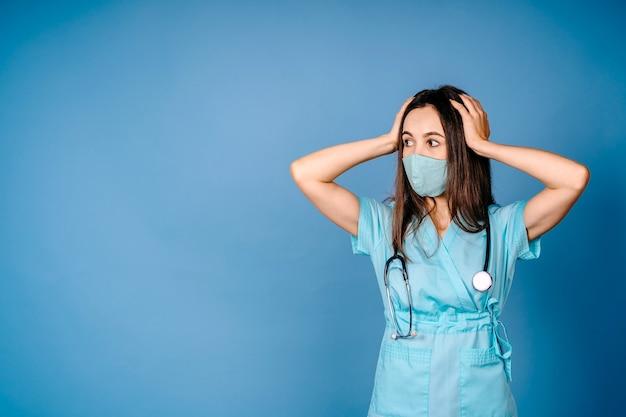Zbliżenie portret niegrzeczny sfrustrowany zdenerwowany przytłoczony, szalony pracownik służby zdrowia, krzyczący na pielęgniarkę
