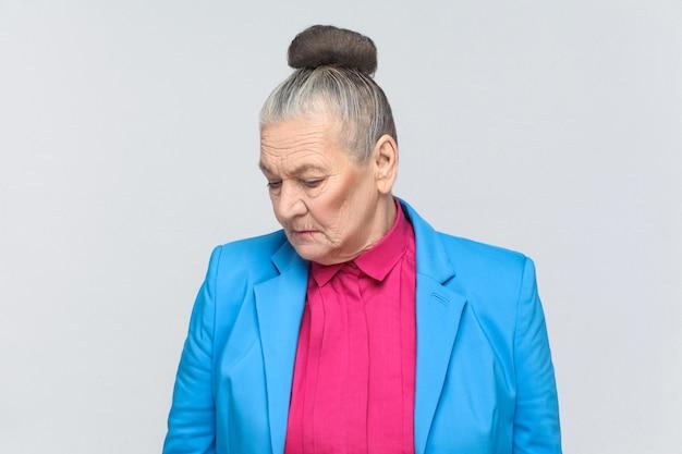 Zbliżenie portret nieszczęśliwej kobiety w wieku