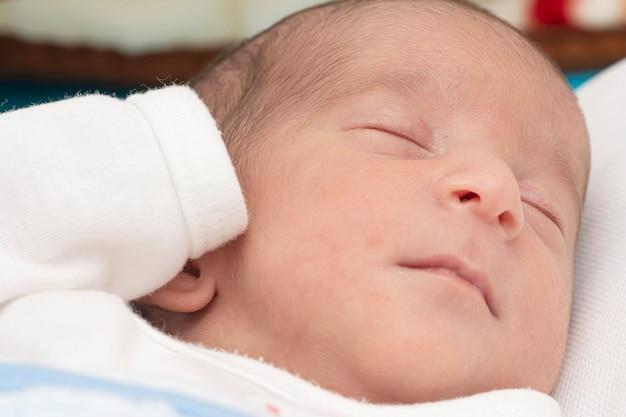 Zbliżenie portret noworodka spokojnie spał w łóżku