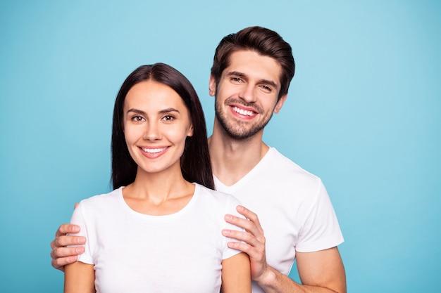 Zbliżenie portret para przytulanie na białym tle na niebieskim tle