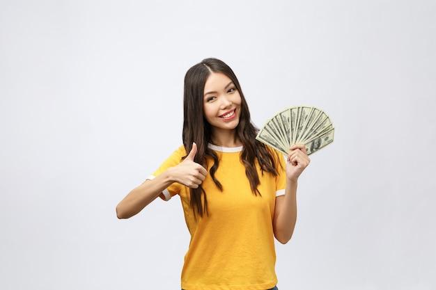 Zbliżenie portret pięknej kobiety azjatyckie gospodarstwa pieniądze