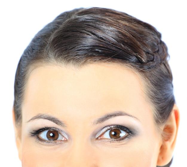 Zbliżenie portret pięknej kobiety. na białym tle na niebieskim tle.