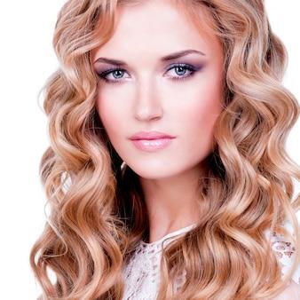 Zbliżenie portret pięknej kobiety o blond włosach - na białym tle.