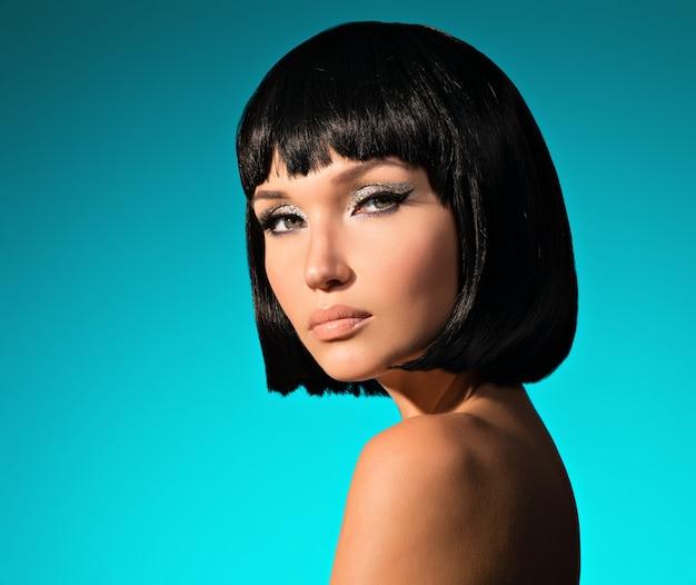 Zbliżenie portret pięknej kobiety z fryzurą bob.