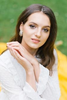 Zbliżenie portret pięknej kobiety z naturalnym makijażem
