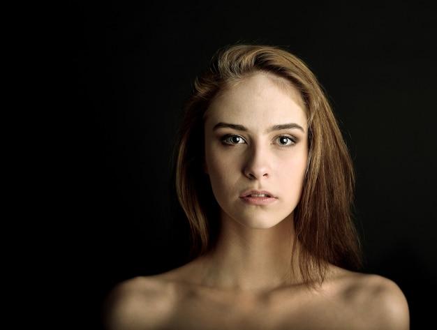 Zbliżenie portret pięknej młodej kobiety rasy kaukaskiej model stylowy makijaż, z idealnie jasną skórą