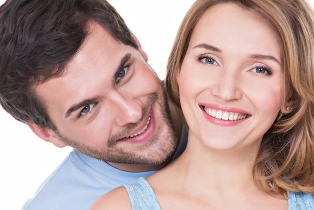 Zbliżenie portret pięknej szczęśliwej pary na białym tle
