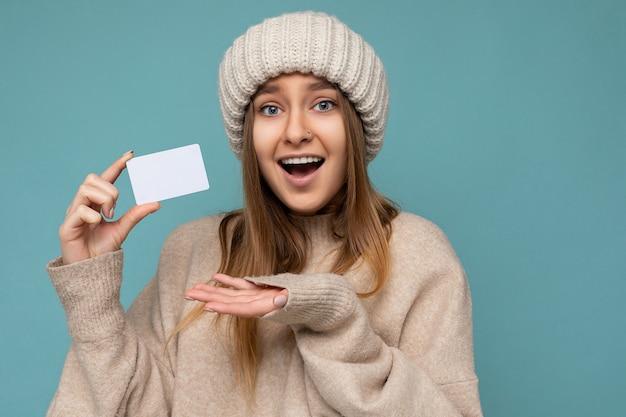 Zbliżenie portret piękny zdumiony pozytywny uśmiechający się młoda ciemna blondynka sobie beżowy sweter