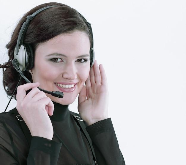 Zbliżenie portret pracownika call center na białym tle