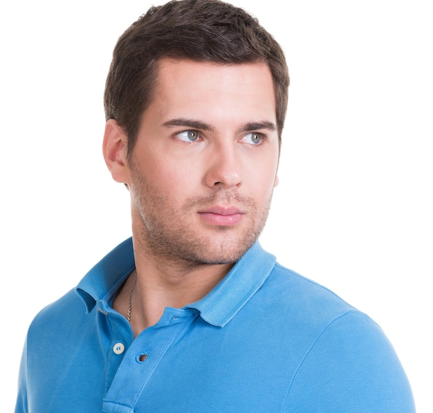 Zbliżenie portret przystojny mężczyzna w niebieskiej koszuli - na białym tle.