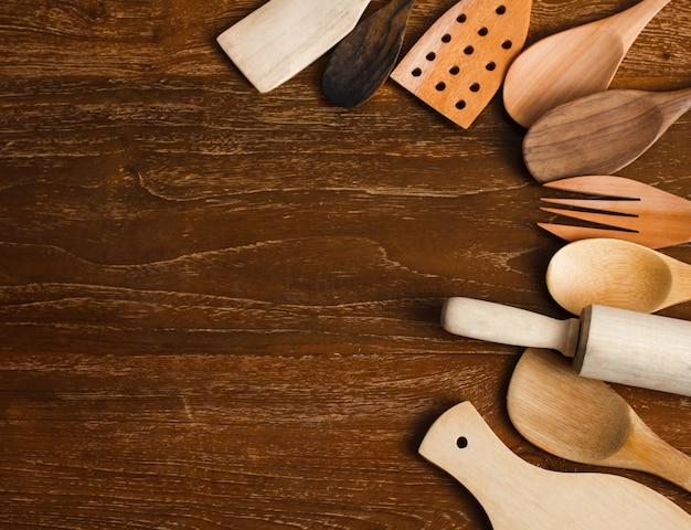 Zbliżenie portret różnych przyborów kuchennych wykonanych z drewna na drewnianym stole