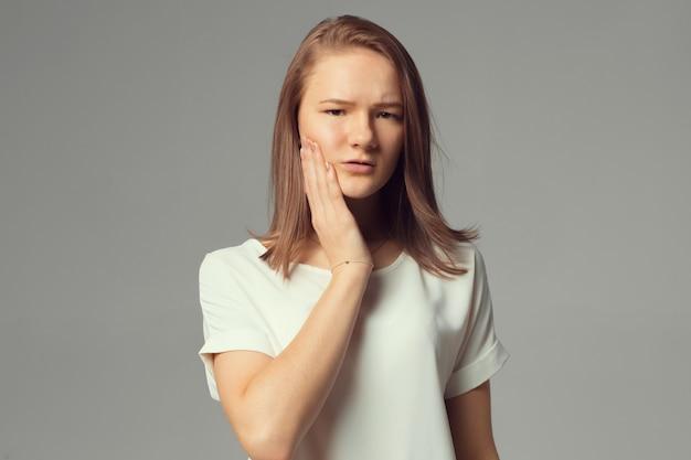 Zbliżenie portret, smutna młoda kobieta