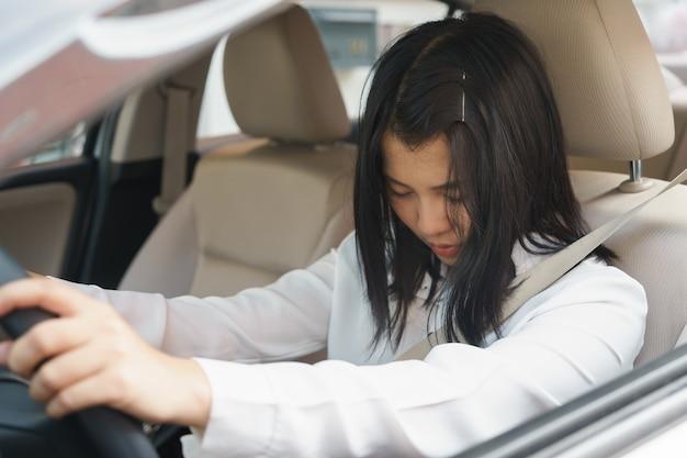 Zbliżenie portret śpiący, zmęczony, blisko oczy młoda kobieta jazdy jej samochód po długiej godzinie tri