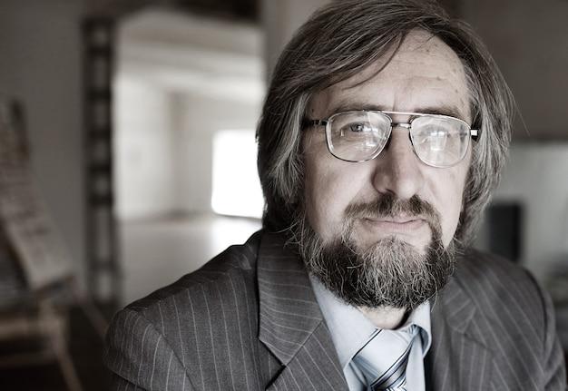 Zbliżenie portret starszego profesora dojrzałego