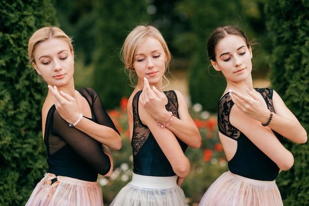 Zbliżenie portret trzy pięknych tancerzy baletniczych pozować plenerowy
