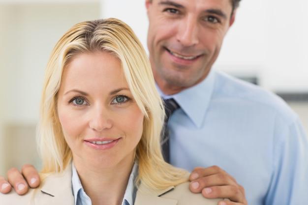 Zbliżenie portret uśmiechnięta kobieta i mężczyzna