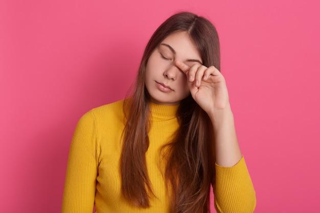 Zbliżenie portret zmęczona kobieta z zamkniętymi oczami