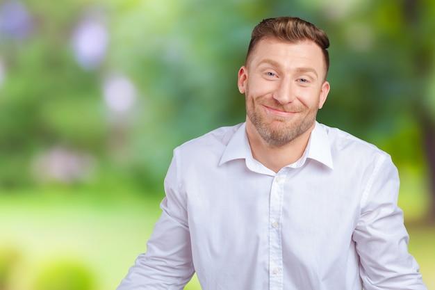 Zbliżenie portreta młody śmieszny przyglądający mężczyzna