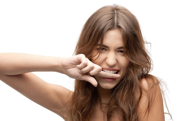 Zbliżenie portretowe zdjęcie kobiety gryzącej palec