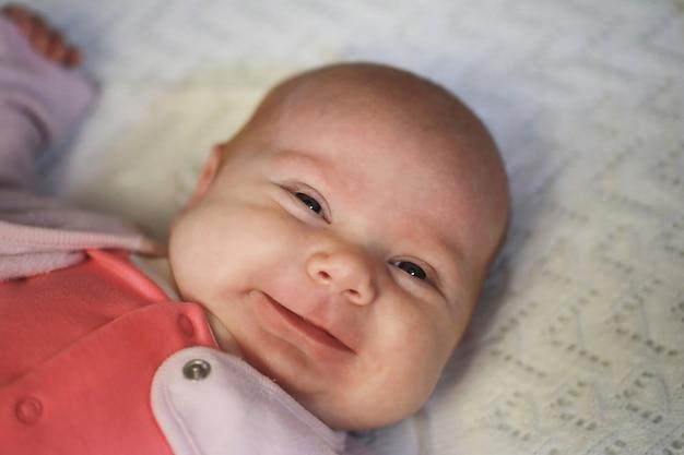 Zbliżenie portretu pięknego dziecka o europejskim wyglądzie