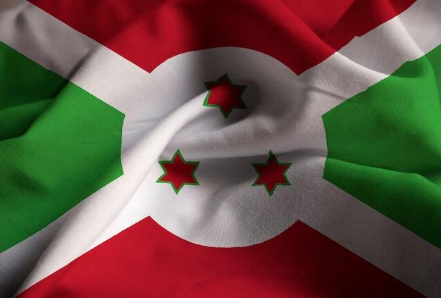 Zbliżenie potargane flaga burundi, flaga burundi wiejący wiatr
