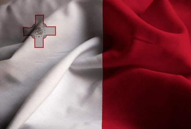 Zbliżenie potargane flaga malty, flaga malty wiejący wiatr