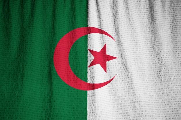 Zbliżenie potargane flagi algierii, flaga algierii wiejący wiatr