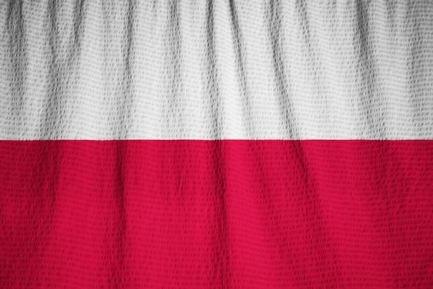 Zbliżenie potargane polska flaga, polska flaga wiejący wiatr
