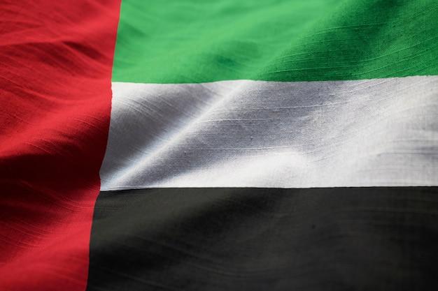 Zbliżenie potargane zjednoczone emiraty arabskie flaga, zjednoczone emiraty arabskie flaga wiejący wiatr