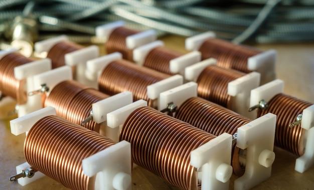 Zbliżenie potężnego drutu miedzianego o wysokiej częstotliwości na tle licznych rozmytych kabli