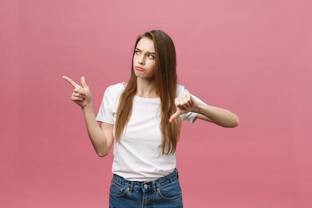Zbliżenie poważne surowe młoda kobieta nosi białą koszulę