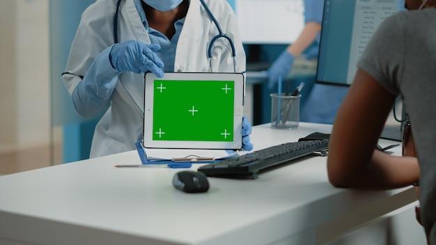 Zbliżenie poziomego zielonego ekranu na cyfrowym tablecie