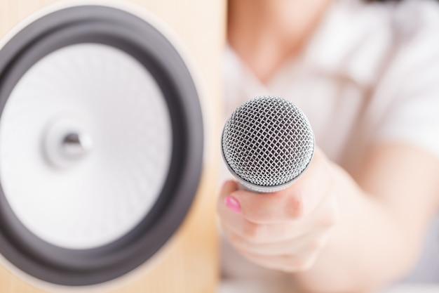 Zbliżenie pracowniany monitoru mówca