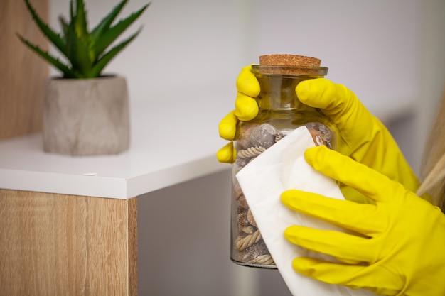 Zbliżenie pracownik ręki obcierania pył w biurze