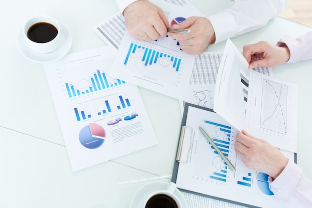 Zbliżenie pracowników analizowanie danych statystycznych
