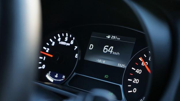 Zbliżenie prędkościomierza w nowoczesnym samochodzie, zbliżenie
