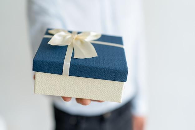 Zbliżenie prezent na męskiej ręce