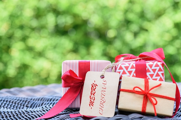 Zbliżenie prezenta pudełko z czerwonym faborkiem. wakacje, teraźniejszość, boże narodzenie