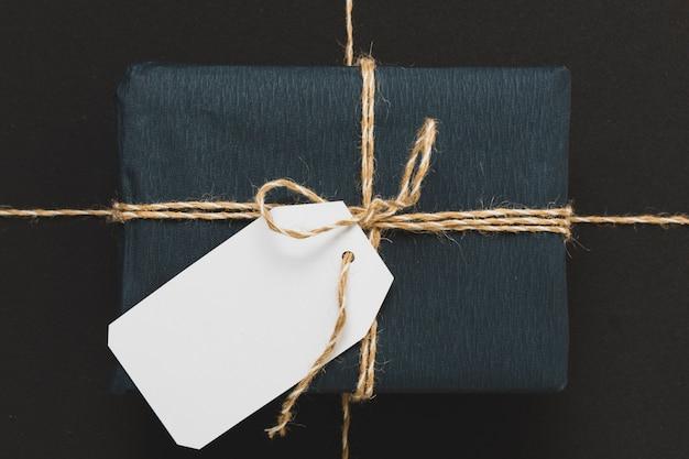 Zbliżenie prezentu związane sznurkiem