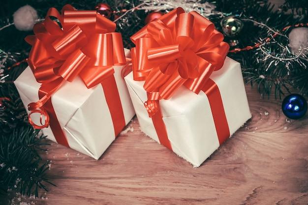 Zbliżenie. prezenty świąteczne i wieniec na drewniane tła .photo z miejscem na tekst.