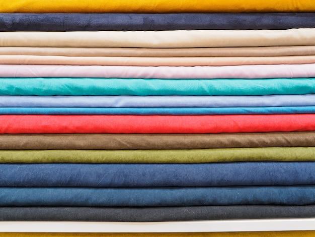 Zbliżenie próbek kolorowych tkanin naturalnych.