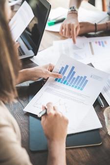 Zbliżenie procesu pracy na spotkaniu biznesowym