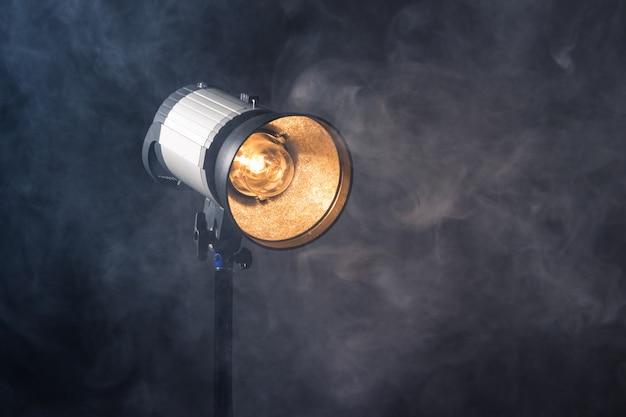 Zbliżenie profesjonalnej oprawy oświetleniowej na planie zdjęciowym lub studiu fotograficznym.
