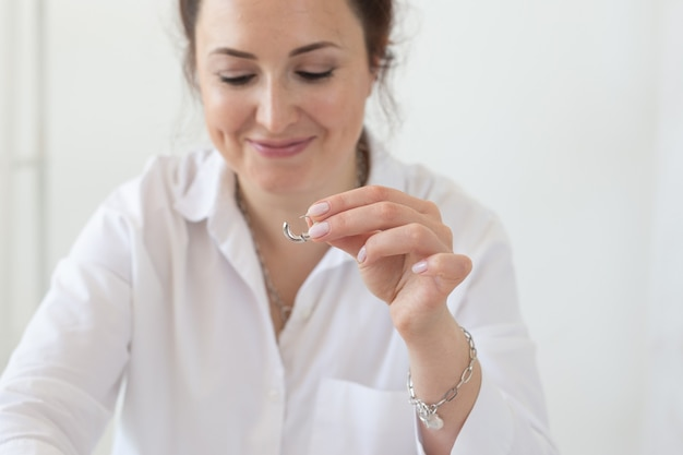 Zbliżenie: projektant profesjonalnych akcesoriów, co ręcznie robiona biżuteria w warsztacie studyjnym. moda, kreatywność i ręcznie robiona koncepcja.