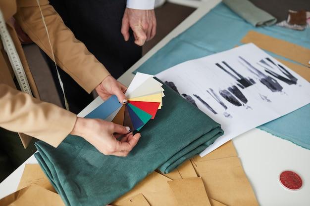 Zbliżenie projektantów wybierających kolor tkaniny do swojej przyszłej kolekcji ubrań